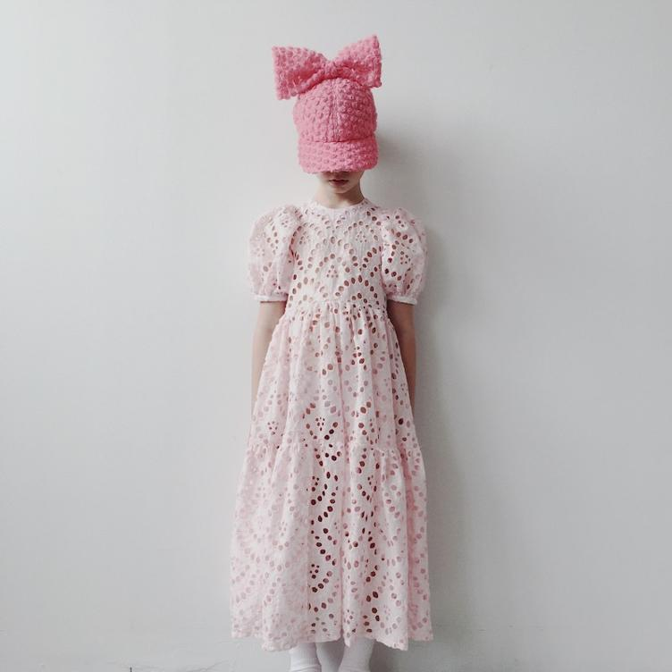 Langes Kleid in Broderie Anglaise - white/pink